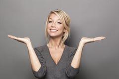 满意的20s白肤金发的妇女的肢体语言概念 库存照片