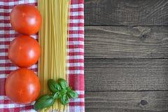 意粉、新鲜的蕃茄和蓬蒿叶子 免版税图库摄影