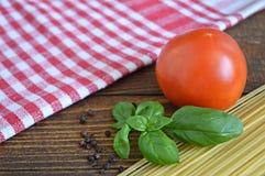 意粉、新鲜的蕃茄和蓬蒿 库存照片