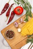 意粉、菜、绿色和香料烹调的肉或鱼在木板 库存图片
