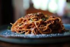 意粉博洛涅塞用剁碎的牛肉和西红柿酱装饰用帕尔马干酪和蓬蒿,意大利料理 免版税库存图片