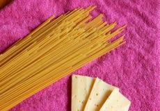 意粉和乳酪在洋红色背景 免版税库存图片