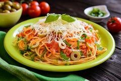 意粉意大利面制色拉用西红柿酱、橄榄、荷兰扁圆形干酪和蓬蒿 库存图片