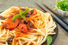 意粉服务用番茄酱、乳酪、菜和荷兰芹 P 免版税图库摄影