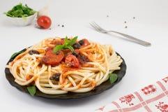 意粉服务用番茄酱、乳酪、菜和荷兰芹 P 库存图片
