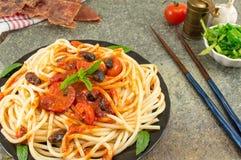 意粉服务用番茄酱、乳酪、菜和荷兰芹 P 免版税库存图片