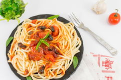 意粉服务用番茄酱、乳酪、菜和荷兰芹 P 免版税库存照片