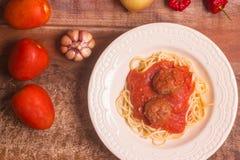 意粉用丸子和西红柿酱 顶视图 免版税库存图片