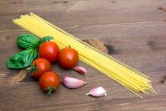 意粉用在木头关闭的蕃茄 免版税图库摄影