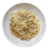 意粉用在白色和胡椒隔绝的乳酪 免版税库存图片