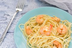 意粉用在蓝色板材的虾 一顿可口晚餐 开胃盘 库存图片