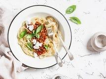 意粉用在轻的背景的素食扁豆博洛涅塞 库存图片