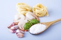 意粉用大虾、海扇贝和蓬蒿 免版税库存图片