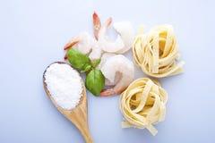 意粉用大虾、海扇贝和蓬蒿 库存照片