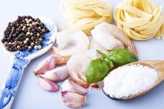 意粉用大虾、海扇贝和蓬蒿 免版税库存照片