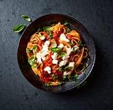 意粉用新鲜的西红柿酱、无盐干酪和蓬蒿 免版税图库摄影