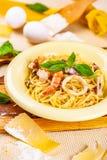 意粉用海鲜和帕尔马干酪在米黄板材 库存图片