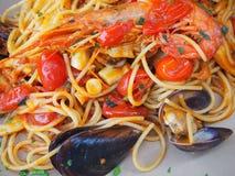 意粉用海鲜和新鲜的蕃茄 食物意大利传统 免版税图库摄影