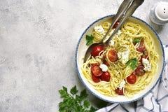 意粉用蕃茄和乳清干酪乳酪 与拷贝sp的顶视图 免版税库存照片
