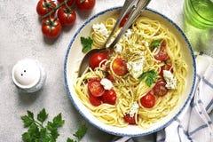 意粉用蕃茄和乳清干酪乳酪 顶视图 库存图片