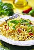 意粉用辣椒、大蒜和蓬蒿 库存图片