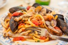 意粉紧密相联的scoglio -意大利海鲜面团 免版税图库摄影