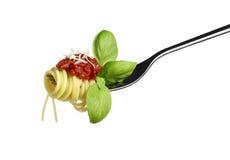 意粉面团叉子用蕃茄在白色背景的蓬蒿巴马干酪 免版税库存照片