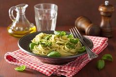 意粉面团用在土气桌的pesto调味汁 免版税库存图片