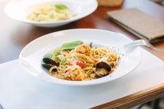 意粉面团用海鲜-淡菜和虾在意大利食物餐馆 免版税库存照片