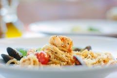 意粉面团用海鲜-淡菜和虾在意大利食物餐馆 库存图片