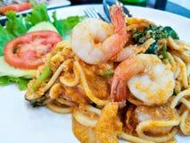 意粉,混乱油煎的虾咖喱 免版税库存图片