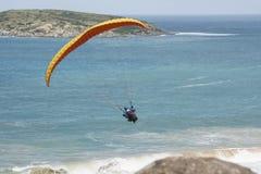 任意飞行男性滑翔伞,虚张声势,胜者港口, SA 免版税库存图片