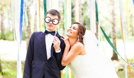 愚人节 婚礼夫妇获得与面具的乐趣 图库摄影