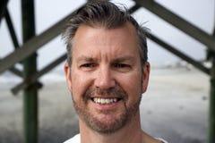 愚蠢海滩南卡罗来纳、2018年2月17日-白色男性顶头射击与短的被整理的胡子的和梳的头发 库存图片