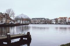 感人地镇静和平安的哈莱姆在荷兰 一个美丽的典型的荷兰镇的大反差都市风景 ? 免版税库存照片