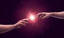 感人的手打开在空间的闪闪发光 免版税库存照片