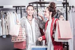 感到两名成功的女实业家愉快在成功的购物的时间以后 库存图片