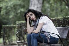 感到可爱的美丽的拉丁的妇女哀伤和沮丧 免版税图库摄影