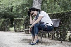 感到可爱的美丽的拉丁的妇女哀伤和沮丧 库存照片