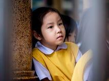感到小亚裔的女孩哀伤 免版税库存照片