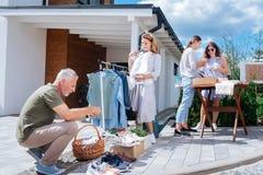 感到愉快的家庭的四位的亲属快乐,当参观周末庭院旧货出售时 库存照片