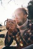感到愉快 温暖的衣物havin的英俊的年轻微笑的人 免版税库存图片