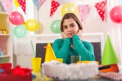感到的小女孩孤独在她的生日聚会 免版税图库摄影