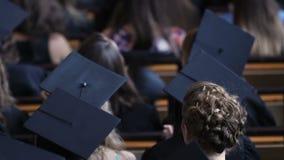 感到的研究生紧张在接受高等教育文凭前 股票录像
