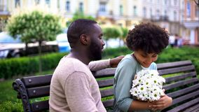 感到美丽的非洲的女孩满意对花在日期,甜夫妇拥抱 免版税库存照片
