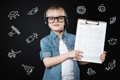 感到聪明的男孩确信,当做能源研究时 免版税库存照片