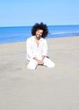 感到英俊的人愉快和在海滩释放 免版税库存图片