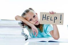 感到被注重的学校的女孩挫败和无法集中在她的研究中 库存图片