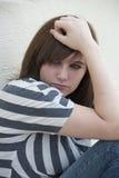 感到青少年的女孩单独和沮丧 免版税库存图片