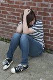 感到青少年的女孩单独和沮丧 免版税图库摄影